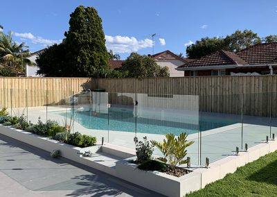 Glass pool safety fence